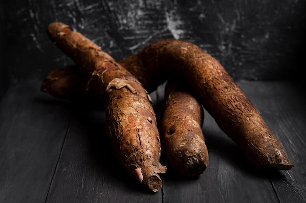 Disposition des racines de manioc nutritives