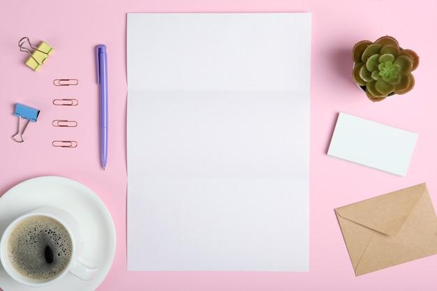 Disposition de scène de marque de papeterie blanche sur un fond de couleur douce