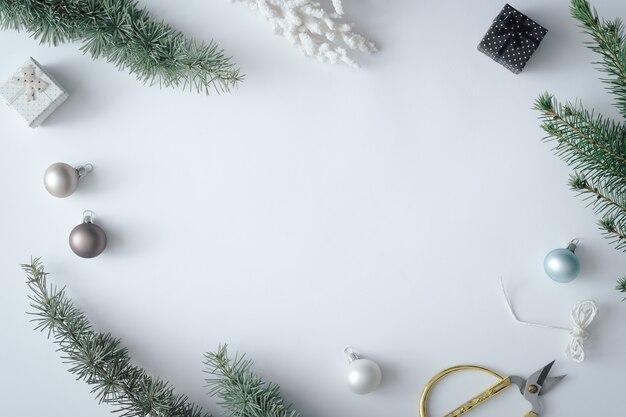 Disposition de table de noël hiver avec décoration de nouvel an sur fond gris pastel. concept de nature minimale. composition de vue de dessus plat lapointe.