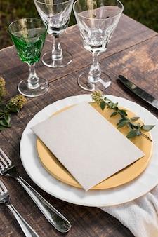 Disposition de la table avec plante à angle élevé