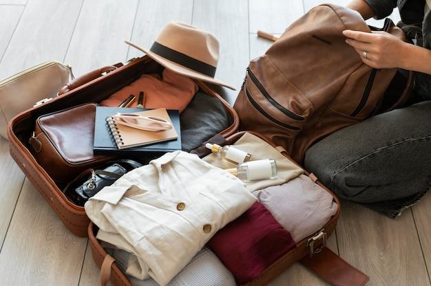 Disposition des vêtements et accessoires dans une valise