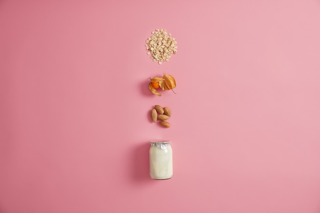 Disposition de yaourt frais avec des noix, du cumquat et de l'avoine pour préparer de délicieux flocons d'avoine