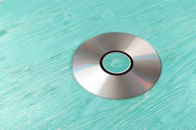 Disque cd sur une table en bois