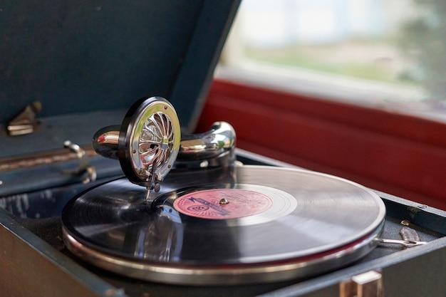 Le disque du gramophone est joué sur le vieux potiphon
