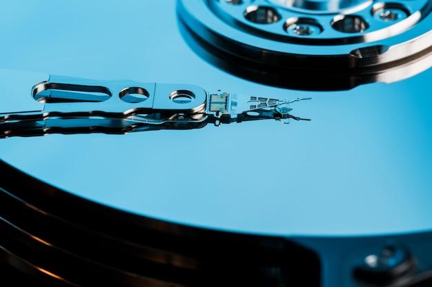 Disque dur démonté de l'ordinateur, disque dur avec effet miroir