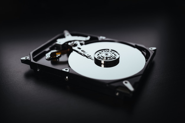 Disque dur démonté de l'ordinateur, disque dur avec effets miroir. partie de l'ordinateur pc, ordinateur portable