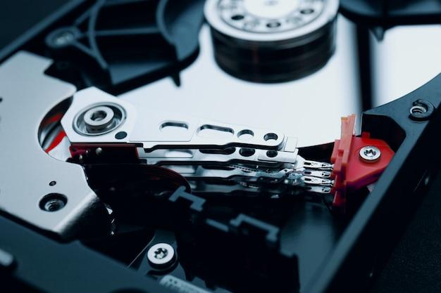 Un disque dur démonté, la tête de lecture / écriture et les plateaux