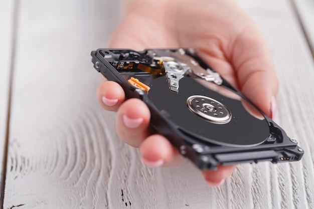 Disque dur de données disque de sauvegarde disque dur restauration restauration restaurer récupération ingénieur outil de travail accès aux virus fixation fichier échoué profession ingénierie maintenance réparateur technologie concept