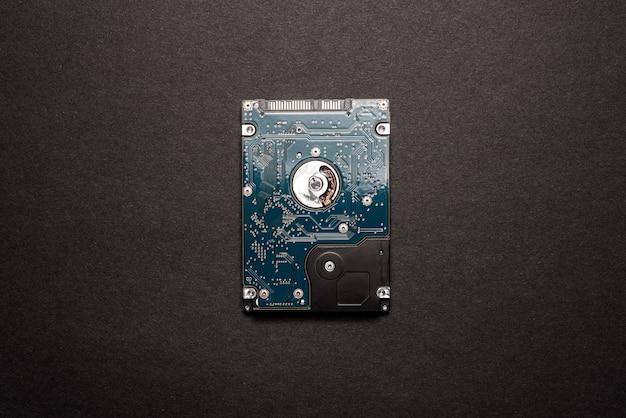 Un disque dur isolé sur fond de l'espace noir.