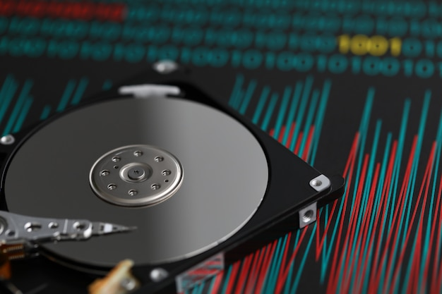 Le disque dur se trouve sur une table dans un atelier