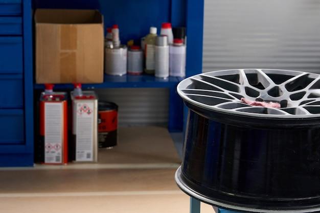 Disque de roue en atelier de réparation automobile prêt à être renouvelé