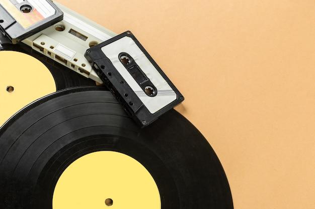 Disque vinyle sur un beige