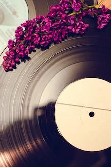 Disque vinyle et fleurs printanières
