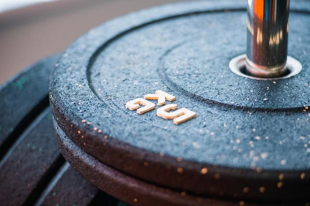 Disques de 5 kg pour l'haltérophilie, sur un rack dans une salle de sport