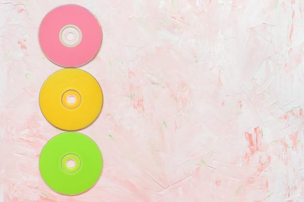 Disques cd ou dvd sur fond rose