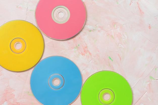 Disques cd sur surface rose