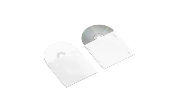 Disques compacts blancs vierges dans la maquette de packs de papier, vue de côté, isolé