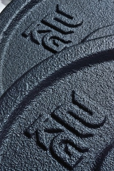 Disques noirs d'un haltère pliable avec une inscription 2 kg. fermer.