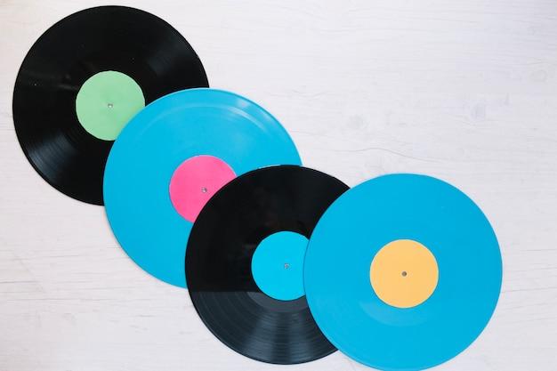Disques vinyles bleus et noirs