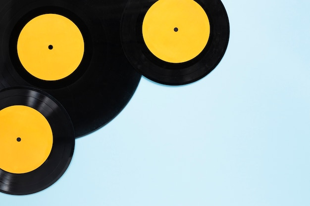 Disques vinyles vue de dessus avec fond bleu