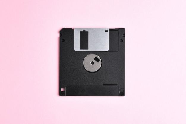 Disquette sur disquette d'ordinateur rétro fond rose