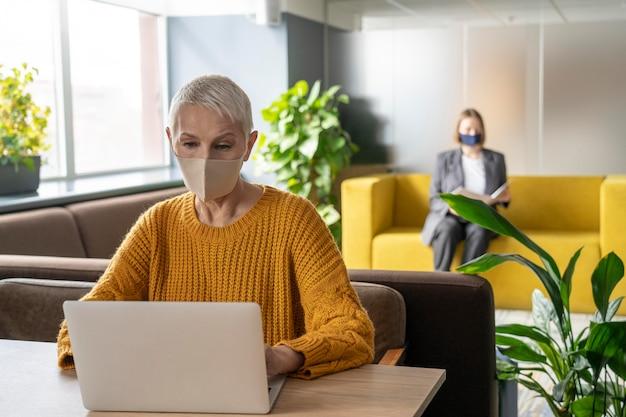 La Distance Sociale Des Gens Au Travail Photo gratuit