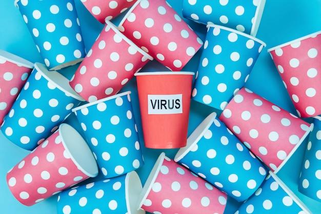 Distanciation sociale sur l'exemple des gobelets en carton. épidémie de coronavirus. la quarantaine, l'auto-isolement. covid-19