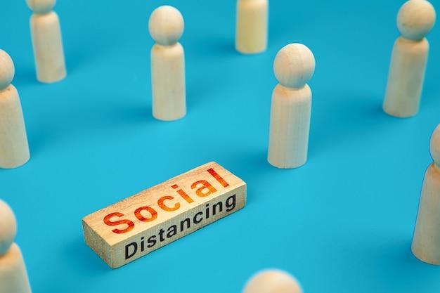 Distanciation sociale pour le coronavirus (covid-19) sur un bloc de jouets en bois.