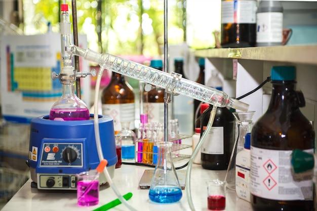 Distillation chimique dans un laboratoire de science chimique
