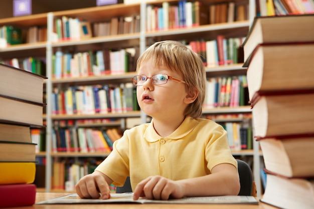 Distrait élève dans la bibliothèque