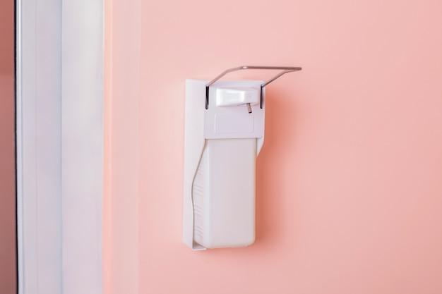 Distributeur en plastique blanc pour le lavage des mains antivirus et antibactérien