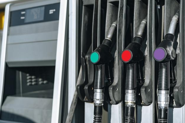 Distributeurs D'essence De Carburant Colorul Sur Station-service Photo Premium