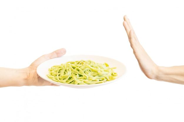 Dites non aux pâtes vertes dans une assiette blanche.