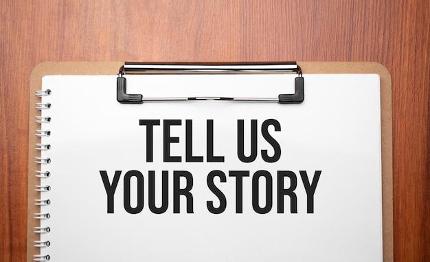 Dites-nous votre histoire texte sur papier blanc sur la table en bois
