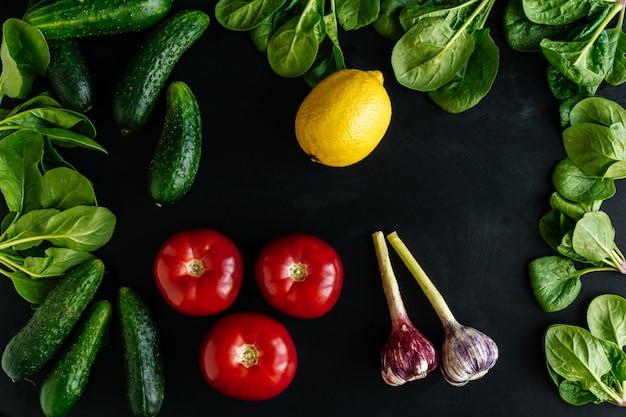 Divers aliments biologiques de légumes frais pour une alimentation saine sur fond sombre