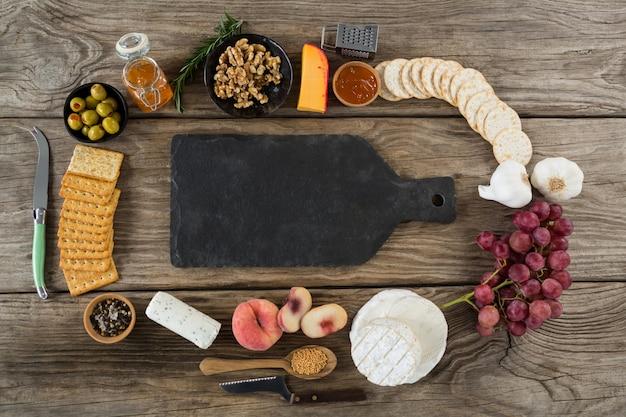 Divers aliments et planche à découper