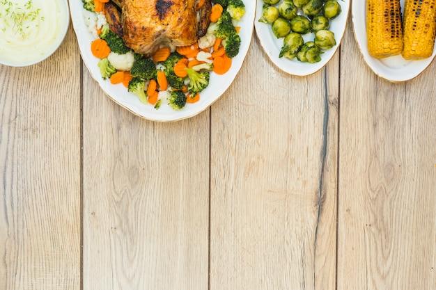 Divers aliments sur une table en bois