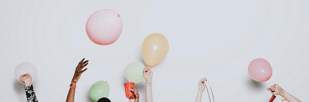 Divers amis célébrant dans une bannière de fête