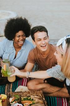 Divers amis profitant d'une fête à la plage