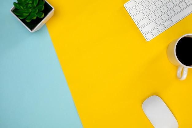 Divers appareils sans fil sur la table jaune et une tasse de café