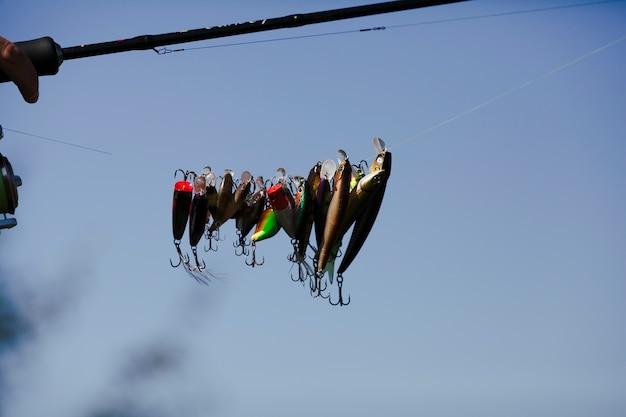 Divers appâts suspendus sur une ligne de pêche