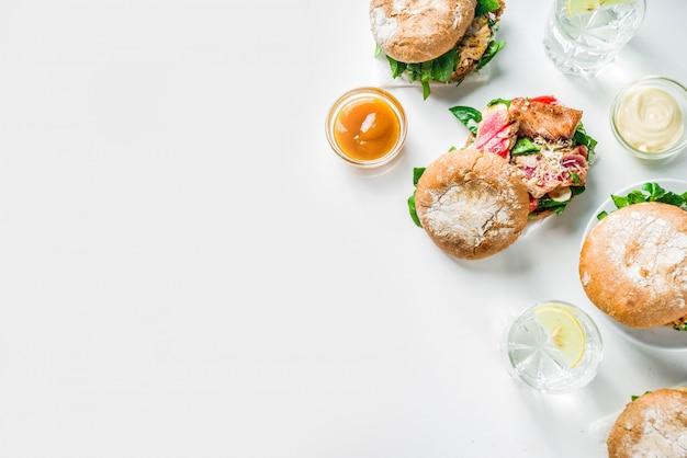 Divers assortiments de fruits de mer et de burgers de poisson