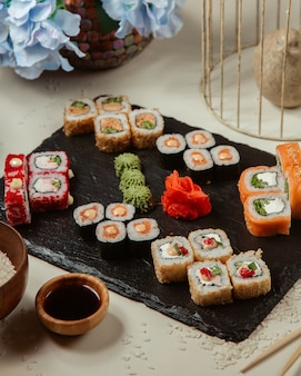 Divers assortiments de sushis