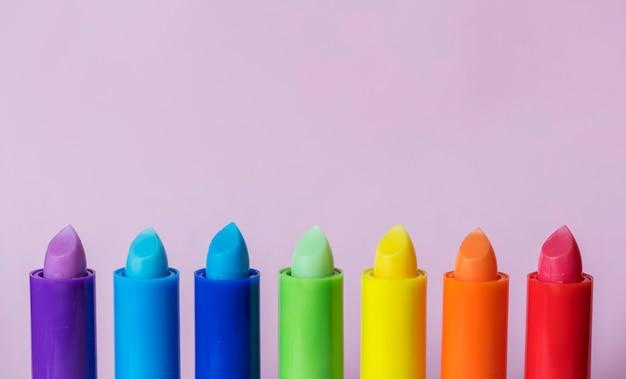 Divers bâtons de baume à lèvres colorés