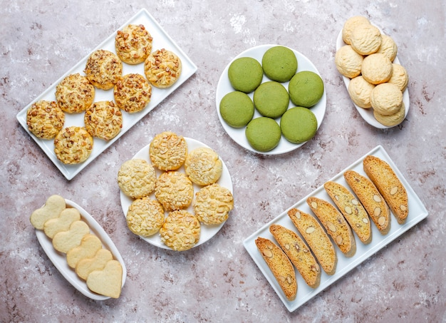 Divers biscuits aux noix, biscuits aux noix, biscuits aux arachides, biscuits aux amandes et biscuits au matcha, vue de dessus