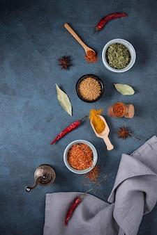 Divers bols et cuillères d'épices orientales