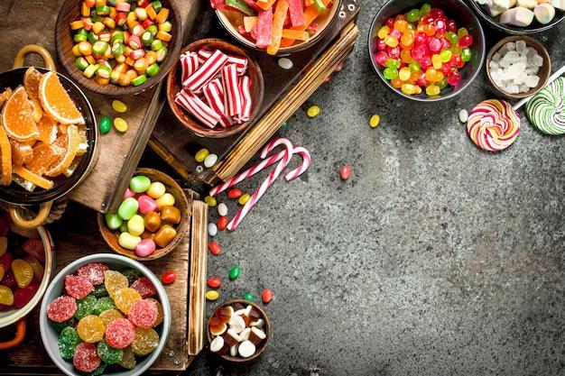 Divers bonbons, bonbons, gelées, guimauves et fruits confits.