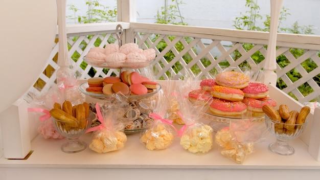 Divers bonbons sur une table de banquet