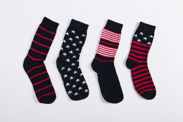 Divers chaussettes pour hommes avec des rayures et des étoiles sur fond blanc
