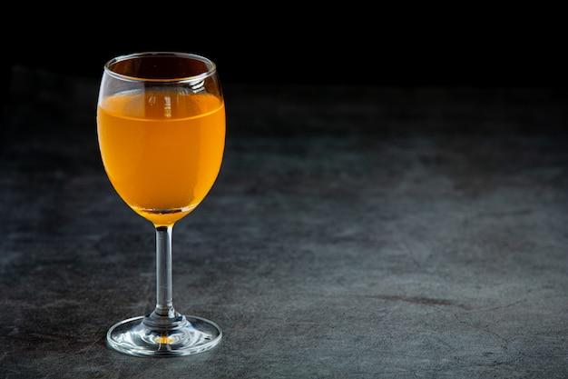 Divers cocktails colorés dans des verres